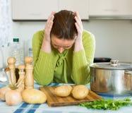 Trött hemmafru på kök Fotografering för Bildbyråer