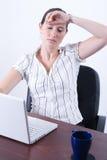 trött kvinna för affär Arkivbild