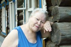 trött kvinna för ståendepensionär Arkivfoto