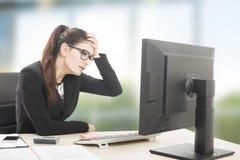 trött kvinna som är stressad och Royaltyfri Bild