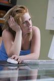 Trött kvinna som använder datoren Fotografering för Bildbyråer