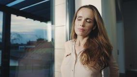 Trött kvinna som kopplar av efter arbetsdags Exhcausted dam som försöker att koppla av arkivfilmer