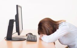 Trött kvinna som vilar i kontoret Arkivfoton