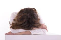 Trött kvinnlig student som sover på tabellen Royaltyfri Foto