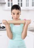 trött kvinnor för härligt cleaninghus royaltyfria bilder
