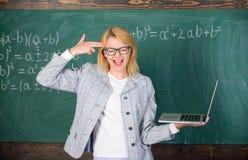 Trött lärare som förargas av hennes jobb Begrepp för bildande reformer Tröttad eller förargad hållbärbar dator för kvinna Smart u royaltyfri bild
