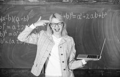 Trött lärare som förargas av hennes jobb Begrepp för bildande reformer Tröttad eller förargad hållbärbar dator för kvinna Smart u royaltyfria foton