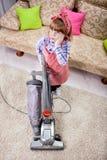 Trött liten flicka med dammsugare Royaltyfri Foto