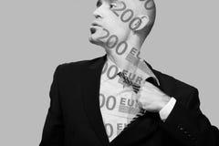 Trött man i affärsdräkten som av tar hans band, dubbel exponering, pengar arkivfoto
