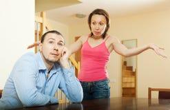 Trött man som lyssnar till hans ilskna kvinna Royaltyfri Foto