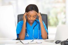 Trött medicinsk arbetare Arkivfoton
