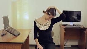 Trött men le den nätta unga affärskvinnan i formellt dräktsammanträde på stol lager videofilmer
