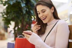 Trött men lycklig kvinna efter stor shopping royaltyfri bild
