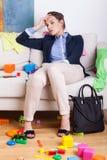 Trött moder efter hård dag på arbete Royaltyfri Fotografi