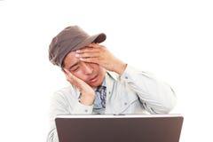 Trött och stressad arbetare arkivfoto