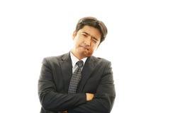 Trött och stressad asiatisk affärsman royaltyfri foto