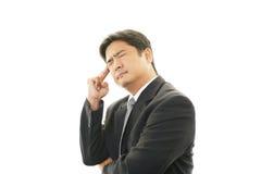 Trött och stressad asiatisk affärsman royaltyfri fotografi