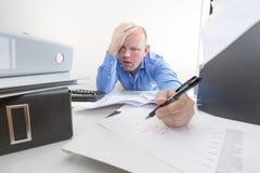 Trött och utmattad kontorsarbetare Arkivfoto