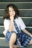 Trött schoolgirl på trappan Royaltyfria Bilder