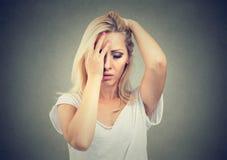 Trött stressad kvinna som har huvudvärk royaltyfria bilder