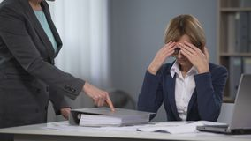 Trött stressat framstickande för tryck för känsla för arbetare för utövande kontor, övertids- arbete arkivfilmer