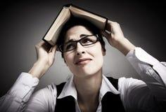 Trött studentkvinna med boken. Royaltyfri Foto
