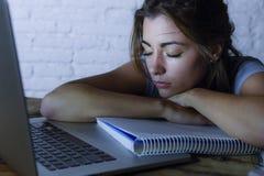 Trött studentkvinna som arbetar på bärbar datordatoren med frustrerat och evakuerat studera för notepadkänsla för natt för examen fotografering för bildbyråer