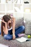 Trött teen flicka som lärer Arkivbilder