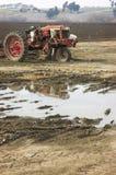 trött traktor Arkivbild