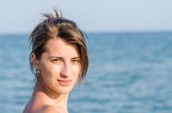 Trött ung flicka på stranden Arkivfoto