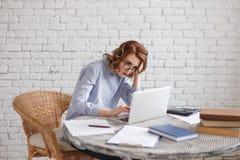 Trött ung kvinna på datoren mycket arbete Arkivfoton