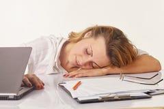 trött ung kvinna som sover på des Royaltyfri Bild