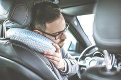 Trött ung man i bil royaltyfria foton