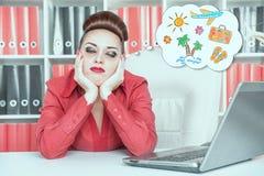 Trött uttråkad affärskvinna som drömmer om ferie Överansträngningconce royaltyfri foto