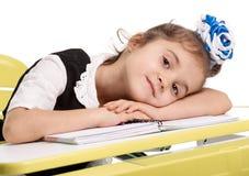 Trött vila för skolflicka Royaltyfri Foto