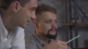 Trötta anställda sitter i kontoret och diskuterar något, ultrarapid lager videofilmer