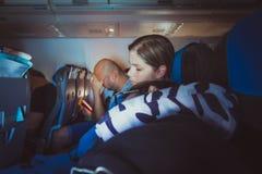 Trötta caucasian män och kvinnor som sover på platser, medan resa arkivbild