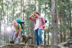 Trötta fotvandra par i skog Royaltyfri Fotografi