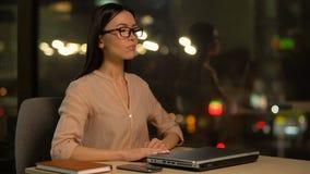 Trötta kvinnastopp som arbetar för att meditera och lugna ner, avkoppling i regeringsställning lager videofilmer