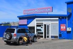 Trötta service av bilen i bilservice royaltyfria bilder