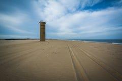 Trötta spår på stranden och ett torn för observation för världskrig II på Fotografering för Bildbyråer