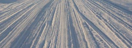 Trötta spårar i snowen Arkivbild