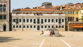Trötta turister i Venedig under varm sommartid Fotografering för Bildbyråer