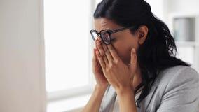 Tröttad affärskvinnagnuggbild synar på kontoret stock video