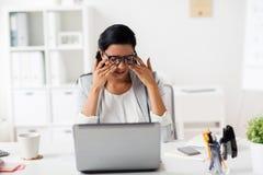 Tröttad affärskvinnagnuggbild synar på kontoret arkivfoton