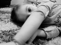 tröttad flicka Arkivbild
