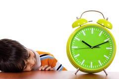 tröttad near sova study för pojkeklocka Fotografering för Bildbyråer