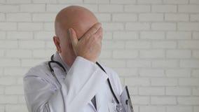 Tröttad och förargad doktor After lång och arbetsdagshårt i sjukhus royaltyfria foton