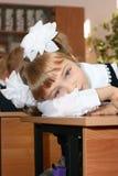 tröttad schoolgirl arkivfoto