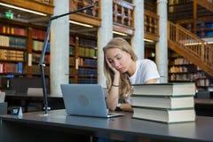 Tröttad student med bärbara datorn, arkivbilder